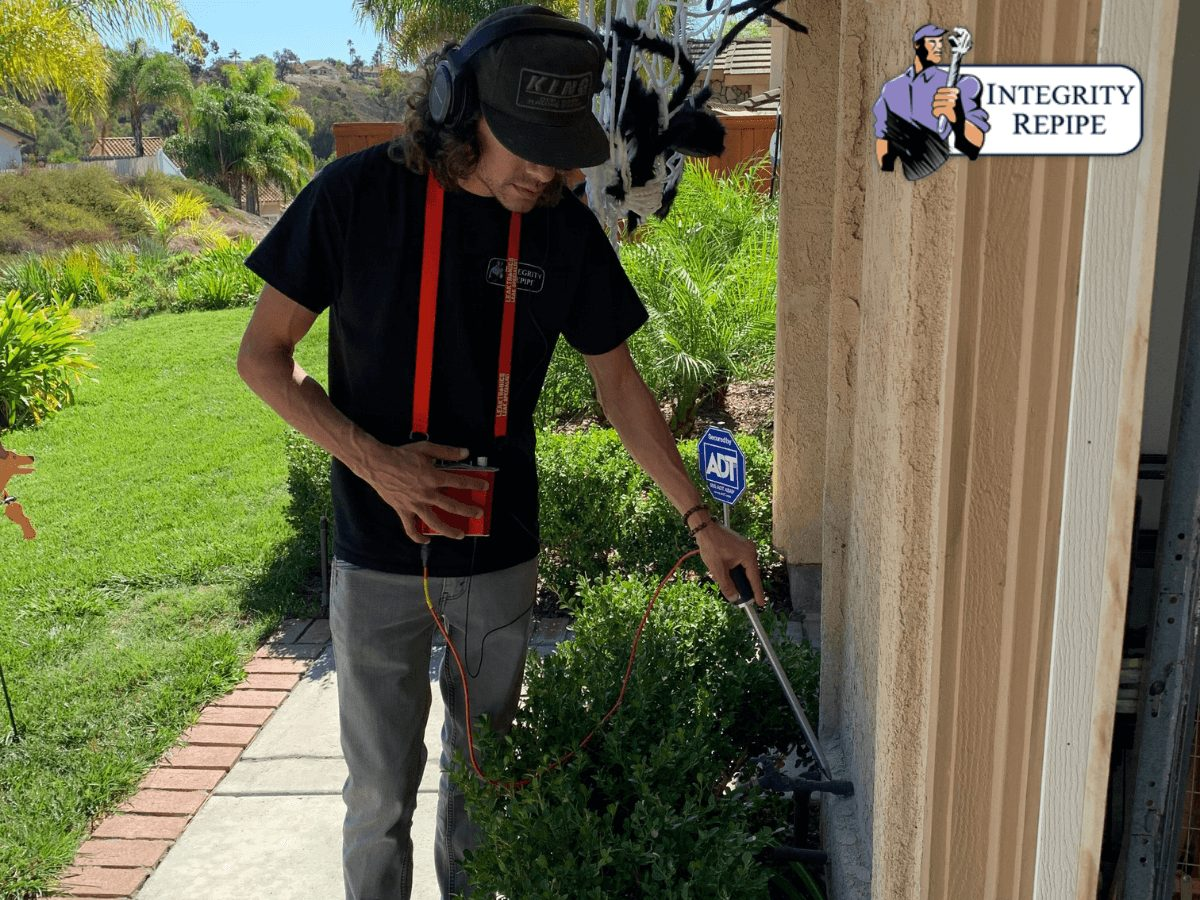 Integrity Repipe´s technician perfoms a plubing inspection to detect leaks